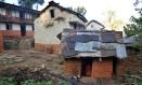 Imagem mostra menina isolada em cabana durante a menstruação, num vilarejo do distrito de Achham, no Nepal Foto: PRAKASH MATHEMA / AFP