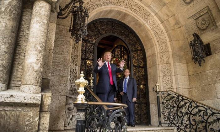 Trump fala a repórteres em clube na Flórida, acompanhado por seu futuro chefe de gabinete, Reince Priebus Foto: Andrew Harnik / AP