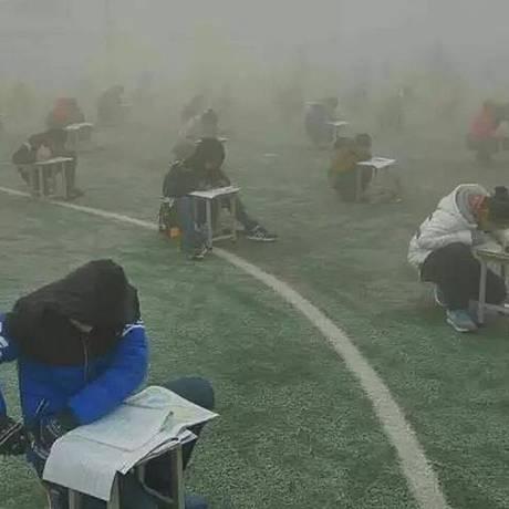 Imagem compartilhada pelas redes sociais mostra estudantes fazendo teste sob neblina Foto: Reprodução/Twitter