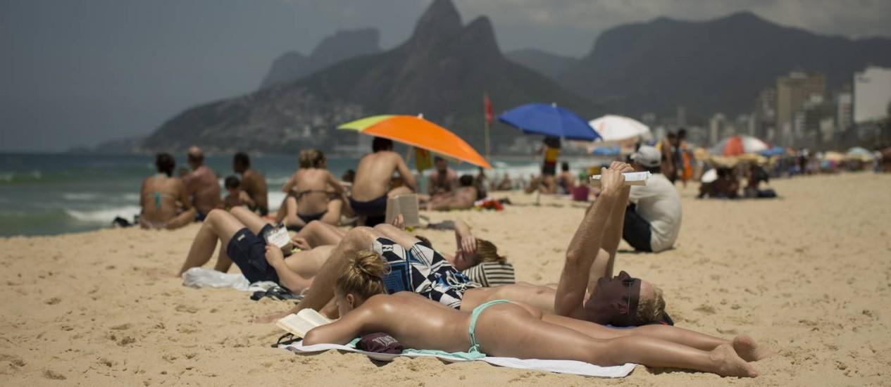 Bahistas aproveitam Praia de Ipanema Foto: Márcia Foletto - 27/11/2016 / Agência O Globo