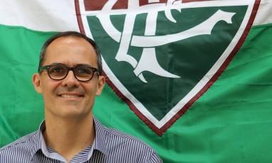 O presidente do Fluminense Pedro Abad posa com a bandeira tricolor ao fundo Foto: Guilherme Pinto / Guilherme Pinto/23-11-2016