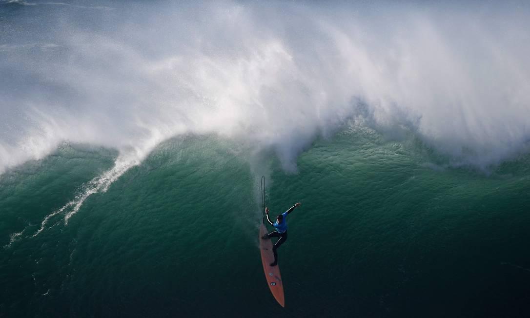 O surfista Nic Lamb na Praia do Norte, durante a primeira edição do desafio Nazaré da World Surf League, em Portugal FRANCISCO LEONG / AFP
