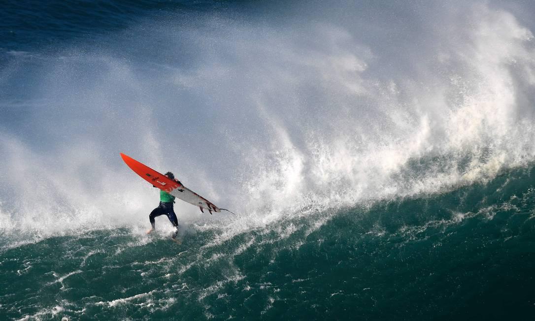 O surfista português Antônio Silva parece caminhar sobre a onda FRANCISCO LEONG / AFP