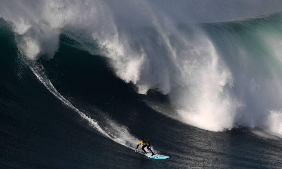 O surfista sul-africano Grant Baker FRANCISCO LEONG / AFP