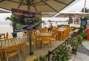 Quiosque em Copacabana oferece pacotes para o réveillon mais famoso do país, mas, devido à crise, negócios ainda não engrenaram Foto: Agência O Globo / Gabriel de Paiva