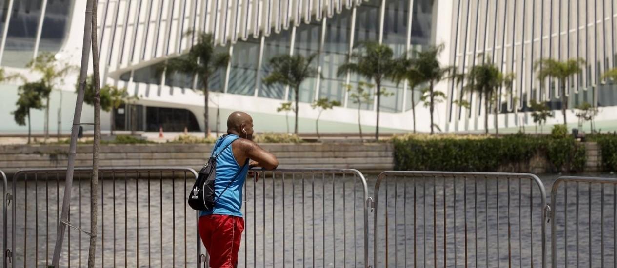 Grades instaladas pela Marinha na Orla Conde, próximo ao Museu do Amanhã: estruturas são desnecessárias, dizem especialistas Foto: Agência O Globo / Márcia Foletto