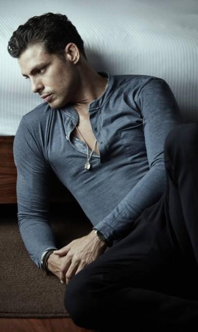 Camiseta (R$ 297) Osklen, calça (R$ 1300) e relógio (R$ 1475) Emporio Armani, sandália (R$ 179,99) Adidas Daniel Mattar