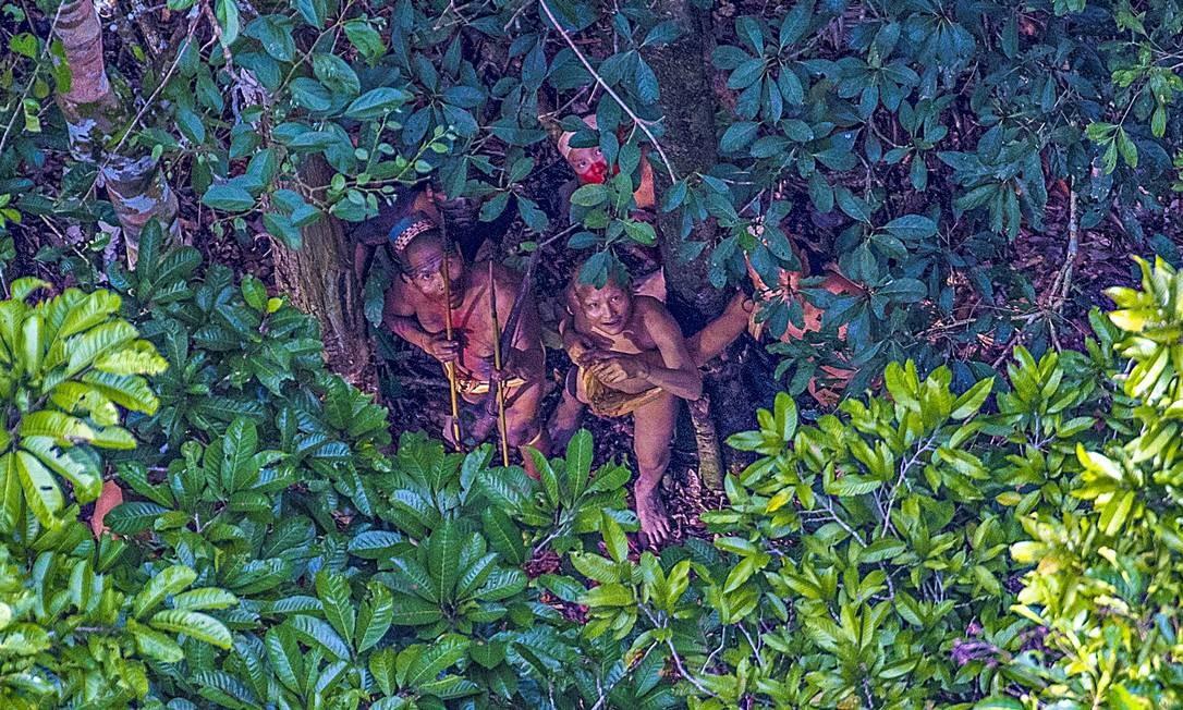 No Acre, índios demonstram semblante de terror com o sobrevoo sobre a tribo Foto: Ricardo Stuckert / Agência O Globo