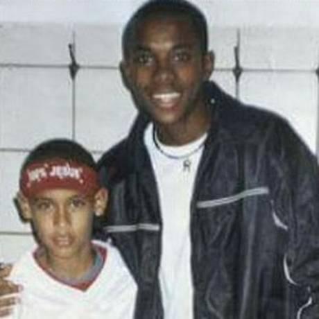 Robinho e Neymar, em foto do tempo em que o craque do Barcelona era um garoto, fã do hoje atacante do Atlético-MG Foto: Reprodução