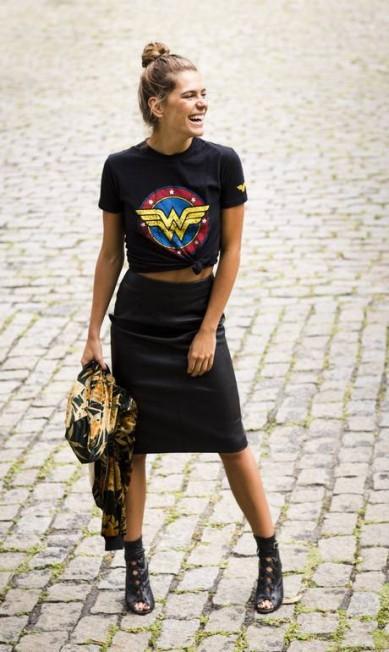 """Blusa de Mulher Maravilha, saia """"lápis"""" e jaqueta da Zara, sandália Schultz Mônica Imbuzeiro / Agência O Globo"""