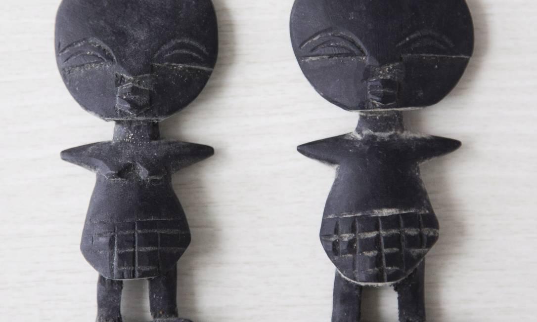 """LENDA: """"Comprei esses totens numa viagem que fiz com o Cauã para a África do Sul. Eles representam a fertilidade"""" Mônica Imbuzeiro"""