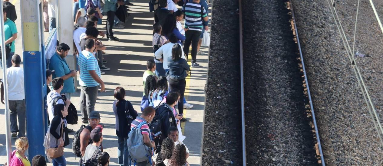 Passageiros esperam por trem em estação da SuperVia Foto: Fabiano Rocha - 25/08/2016 / Agência O Globo