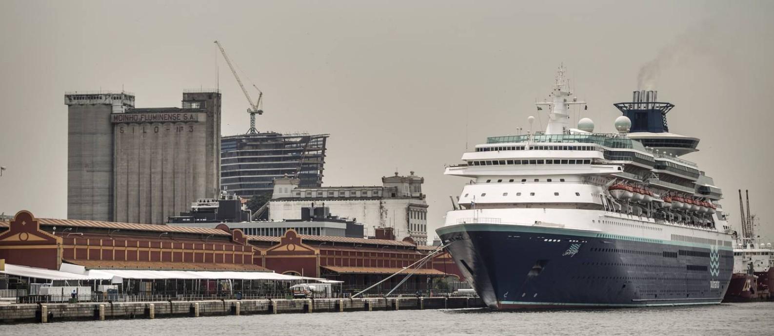 """O transatlântico """"Sovereign"""" atracado no Porto do Rio: cidade deve receber hoje mais quatro grandes embarcações com turistas que virão para as festas de fim de ano. Até março de 2017, serão 93 navios Foto: Ana Branco / Agência O Globo"""