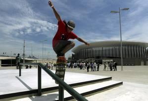 Skatista usa área da Via Olímpica, na Barra, durante a inauguração Foto: Gabriel de Paiva / Agência O Globo
