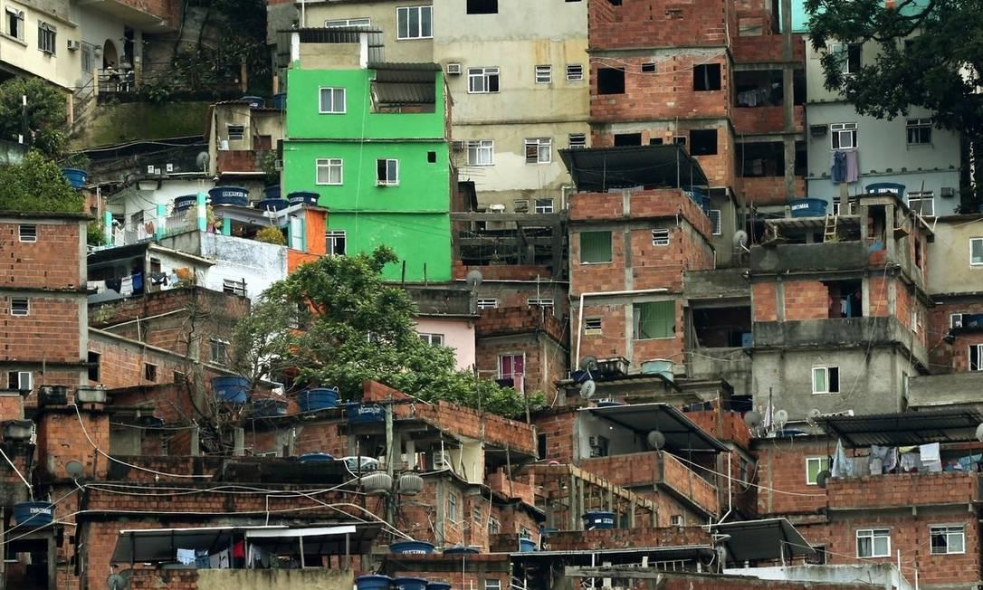 Crescimento desordenado. Favela da Rocinha, no Rio: governo nega que MP aumentará verticalização nas cidades Foto: Custódio Coimbra / O Globo/06-11-2016