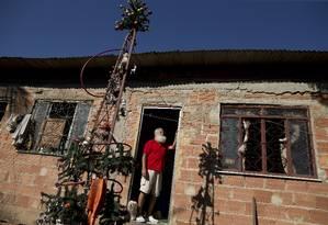 O contador aposentado Tales Ferreira interpreta Papai Noel há 30 anos. Na casa onde mora, em São João de Meriti, ele montou uma árvore de Natal Foto: Márcia Foletto / Agência O Globo