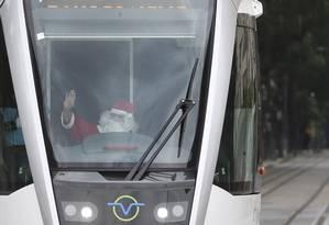 O condutor Marcell Fernandes Barbosa se vestiu de Papai Noel Foto: Márcia Foletto / Agência O Globo