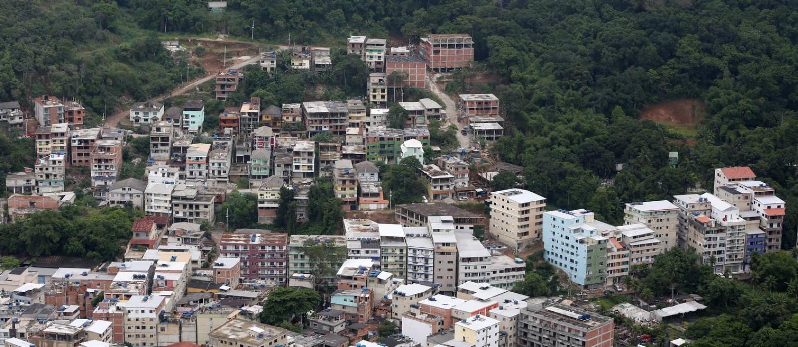 Vista aérea da Favela da Muzema, no Itanhangá, bairro que faz parte da Região Administrativa da Barra da Tijuca: edifícios de até nove andares não param de subir, avançando sobre a região de mata Foto: Custódio Coimbra / Agência O Globo