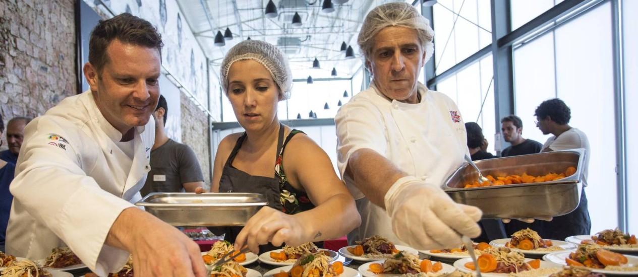 Preparo dos pratos especiais para moradores de rua. Na foto, os chef David Hertz e Fernanda Bergier Cardoso e Carl Von Studnitz Foto: Ana Branco / Agência O Globo