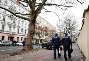Desconfiança. Policiais passam por prédio em Berlim onde foi instalada a mesquita que Anis Amri frequentou antes de realizar ataque que matou 12 pessoas Foto: AFP/TOBIAS SCHWARZ