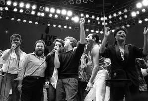 George Michael, Harvey Goldsmith, Bono, Paul McCartney, Bob Geldof e Freddie Mercury no Live Aid, em Wembley, em 1985 Foto: JOE SCHABER / ASSOCIATED PRESS