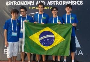Os cinco estudantes brasileiros que trouxeram uma medalha por equipe da Olimpíada Internacional de Astronomia e Astrofísica Foto: DIVULGAÇÃO/COLÉGIO ETAPA