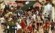 Consumidores vão às compras na véspera do Natal no NorteShopping: valor médio do presente deve recuar este ano, preveem varejistas