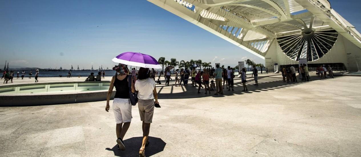 Cariocas e turistas circulam pelo Centro com sombrinhas para se protegerem do sol Foto: Ana Branco / Agência O Globo