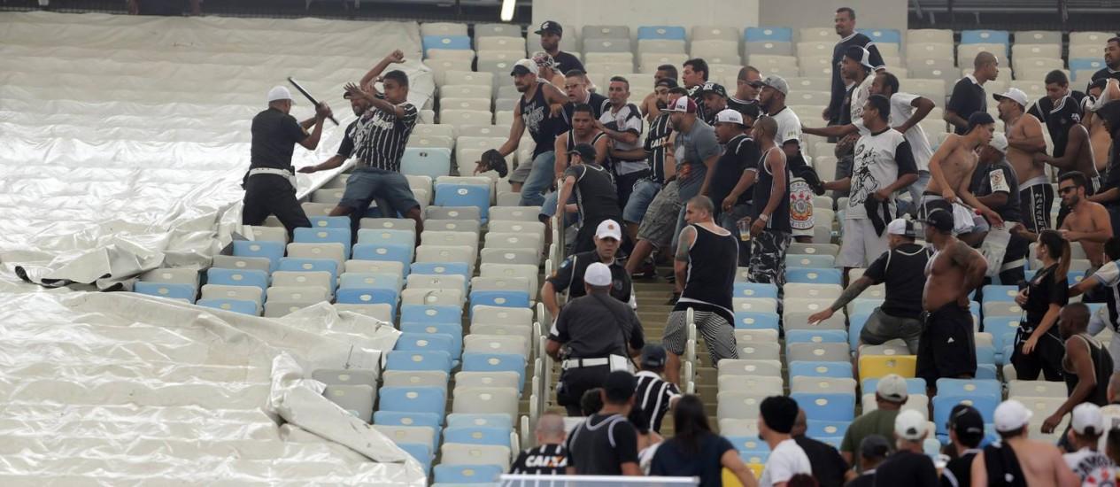 A briga na arquibancada do Maracanã Foto: Rafael Moraes - 23/10/2016 / Agência O Globo
