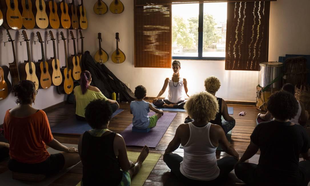 Aula na ONG Redes da Maré, na Nova Holanda: moradores em busca do equilíbrio emocional Foto: Fernando Lemos / Agência O Globo