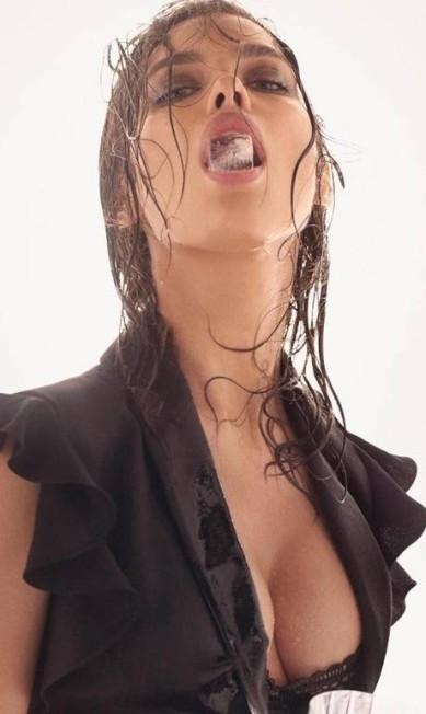 """Sempre sexy, a top russa Irina Shayk entrou para o ranking de ícones da moda do portal """"Models.com"""", mesmo patamar onde estão Alessandra Ambrósio e Isabeli Fontana. E sua presença ali não é à toa. Até o momento, ela aparece nas campanhas de verão 2017 da Givenchy e da Alberta Ferretti (na foto), esta clicada por Steven Meisel e com a russa em versão provocante, com gelo na boca e decote poderoso Divulgação"""