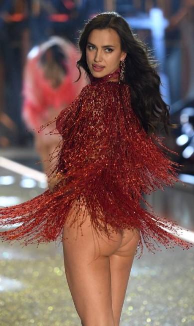 Ícone do momento, Irina viu seu bumbum virar obsessão no mundo da moda. No desfile da Victoria's Secret, a top, mesmo sem fazer parte do time de angels, roubou a cena com suas curvas AKMG / AKM-GSI