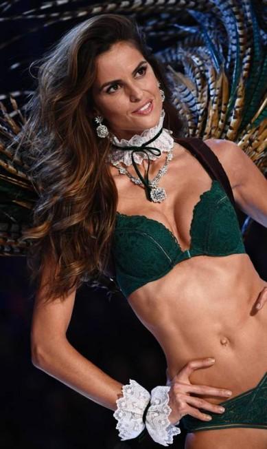 Izabel Goulart foi um dos destaques do último desfile da Victoria's Secret, em Paris MARTIN BUREAU / AFP