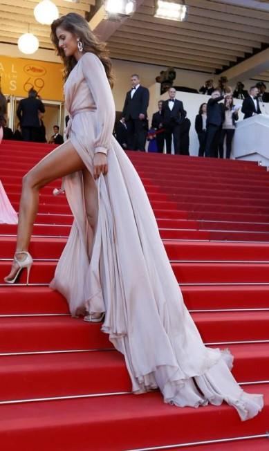No Festival de Cannes, as pernas de Izabel Goulart entraram na mira dos fotógrafos YVES HERMAN / REUTERS