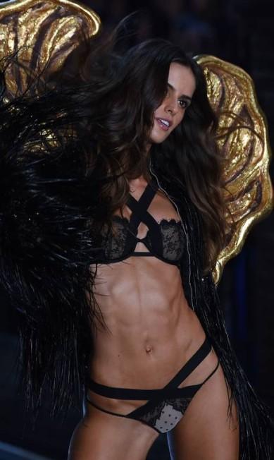 A bem da verdade, já tem um tempo que o corpo de Izabel entrou para a mira de fashionistas. No show de 2015 da Victoria's Secret, a modelo roubou a cena com seu abdômen trincado na passarela JEWEL SAMAD / AFP