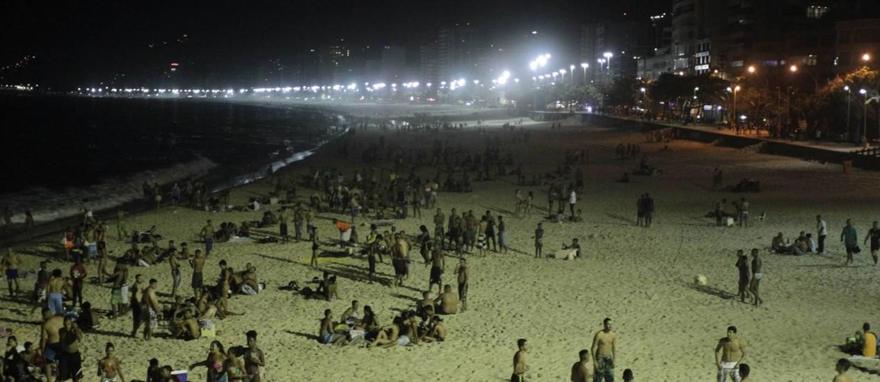 Banhistas aproveitam praia do Arpoador durante a Madrugada Foto: Pedro Teixeira / Agência O Globo