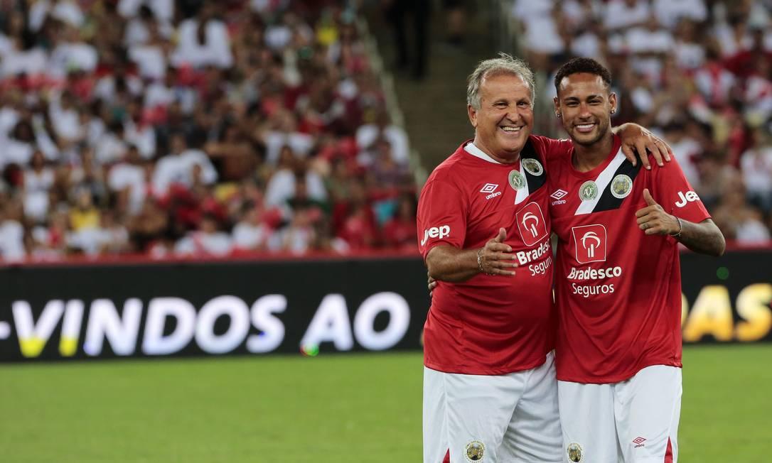 O anfitrião Zico abraça Neymar antes do Jogo das Estrelas Thiago Freitas