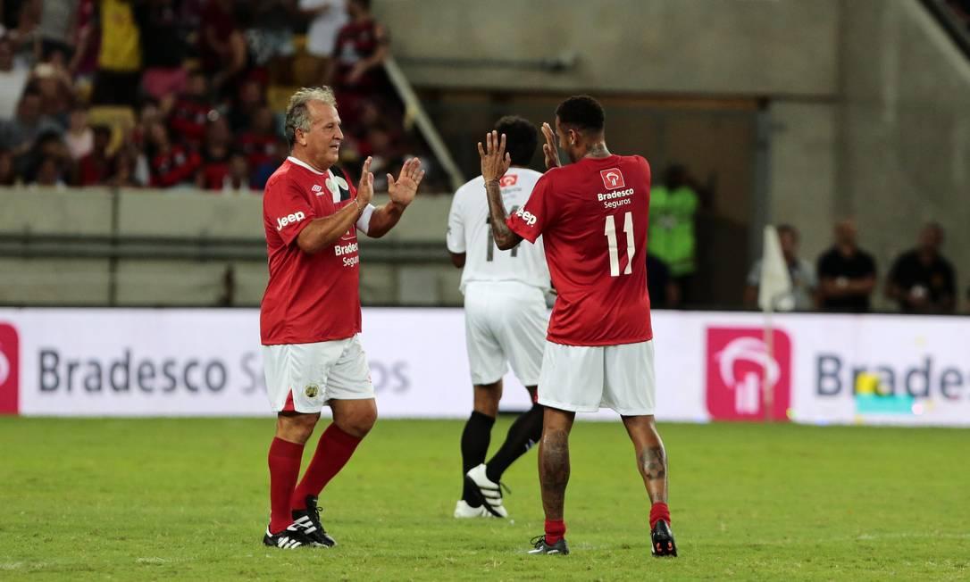Zico e Neymar comemoram um dos gols do time de vermelho no Jogo das Estrelas Thiago Freitas