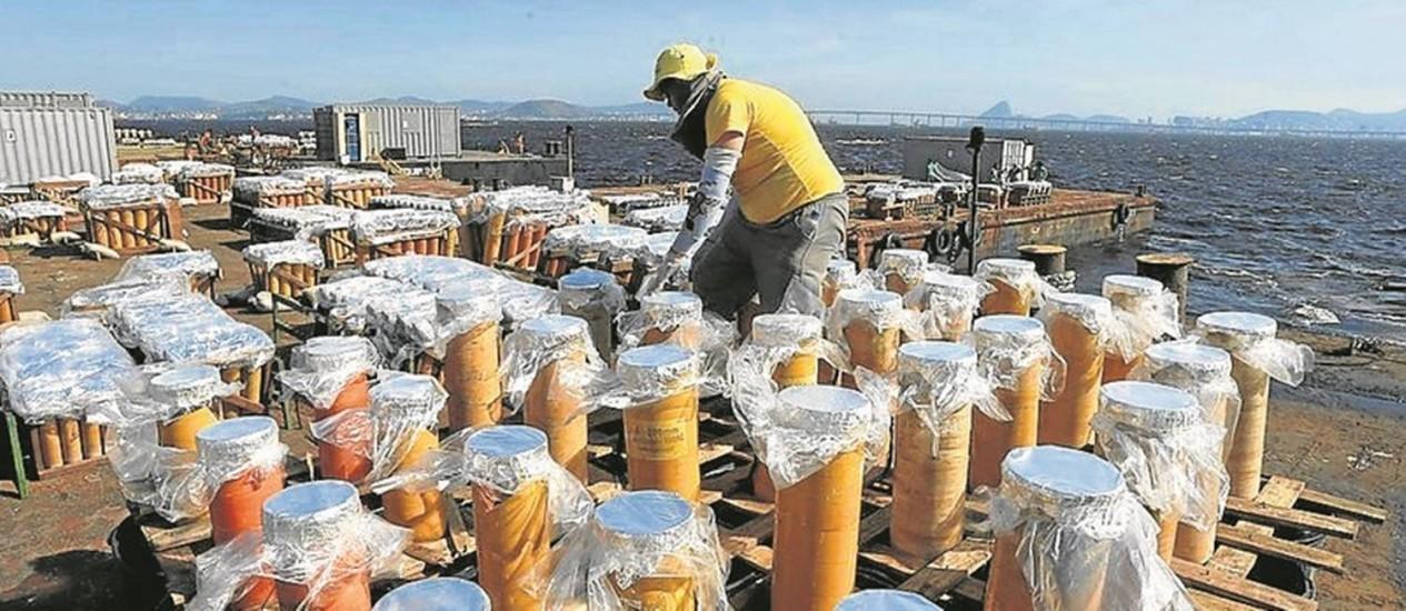 Vistoria. Técnico prepara os fogos que serão usados no espetáculo pirotécnico na virada do ano Foto: Domingos Peixoto