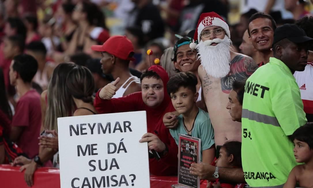 Torcedor 'Chapolin' pede a camisa de Neymar no Maracanã Thiago Freitas / Thiago Freitas