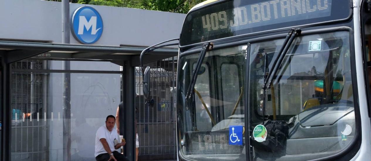 Prefeito ainda não decidiu se ônibus terão reajuste Foto: Custódio Coimbra / Agência O Globo