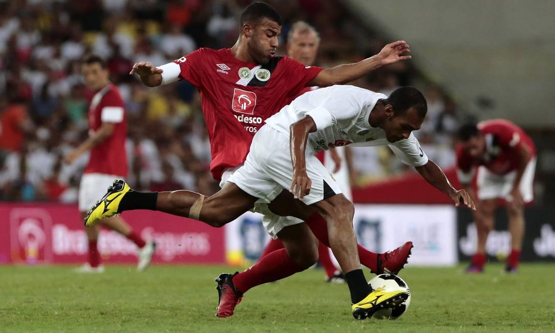 Richarlison se desequilibra em disputa de bola com Rafinha Alcântara Thiago Freitas / Agência O Globo