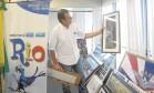 A hora do adeus. Paes observa um dos quadros que está retirando do seu gabinete na Cidade Nova: dificuldade de se desapegar dos objetos Foto: Custódio Coimbra