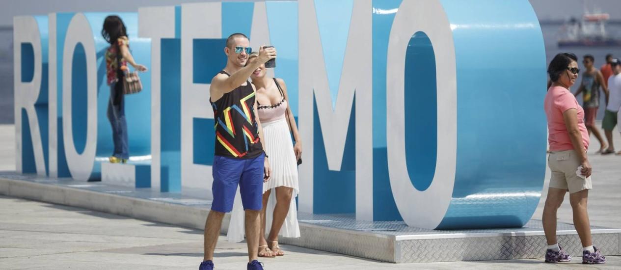 """Prefeito Eduardo Paes inaugura escultura interativa na praça Mauá. """"Rio te amo"""" substitui """"Cidade Olímpica"""" Foto: Fernando Lemos / Agência O Globo"""