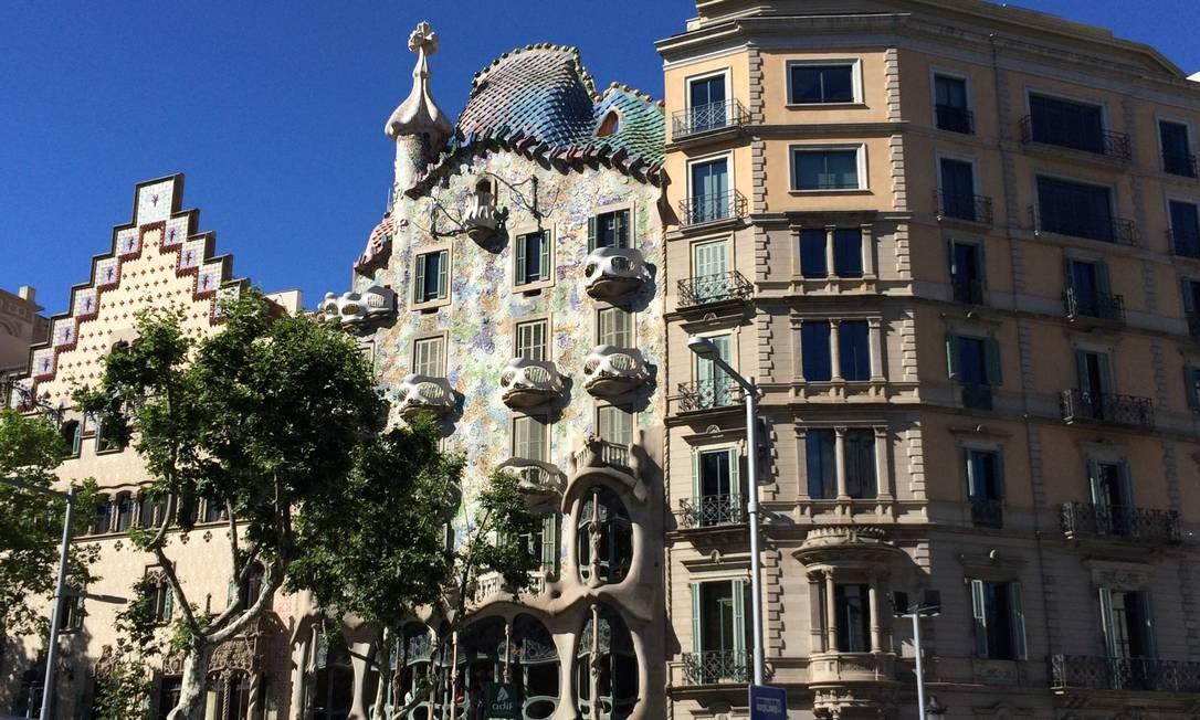 """""""Andar pelas ruas de Barcelona e se deparar com obras de Antoni Gaudí, a céu aberto, é algo realmente único. Na cidade, a lista vai de fachadas de prédios (como a Casa Batlló, na foto, ao centro) a parques e igrejas. É para respirar e viver a arte."""" (Bruno Rosa, repórter) Foto: Bruno Rosa / O Globo"""