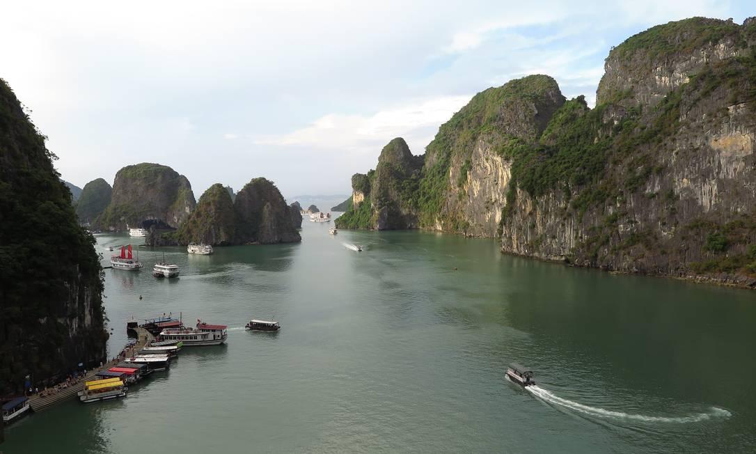 """""""Numa viagem em que passei por 40 países, foi o Vietnã que me conquistou. Não só pelo deslumbre de locais como Halong Bay, com suas ilhas escavadas pelo mar, mas também pela 'tranquilidade caótica' da capital Hanoi, com sua profusão de motos, comida de rua e cerveja boa e barata."""" (Juarez Becoza, colunista) Foto: Juarez Becoza / Agência O Globo"""
