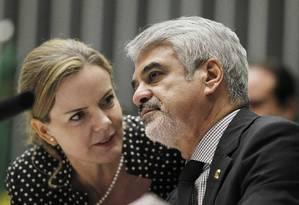 A senadora Gleisi Hoffmann, ao lado do senador Humberto Costa, durante sessão do Congresso Foto: Givaldo Barbosa / Agência O Globo 23/08/2016
