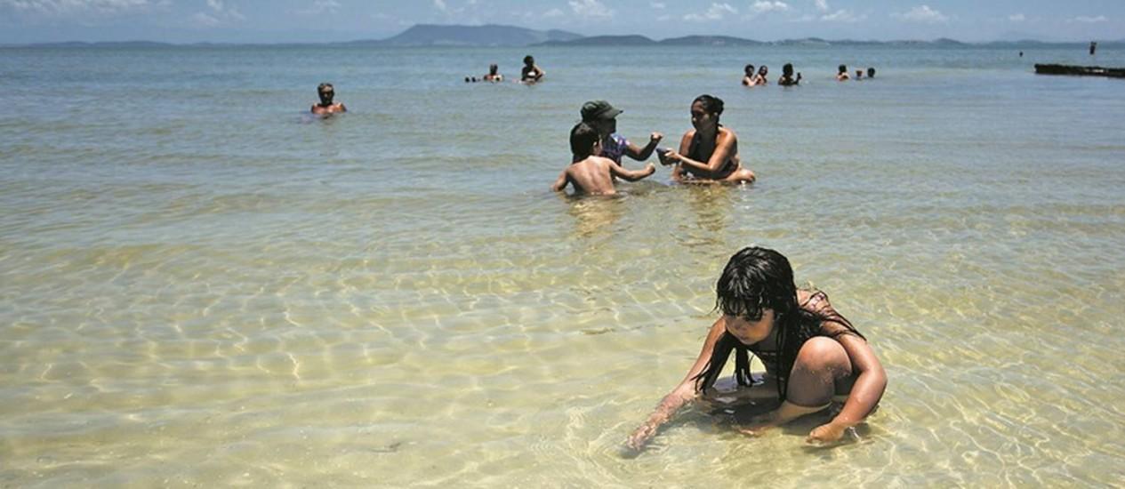Transparência. Criança brinca nas águas claras da Lagoa de Araruama: redução de fósforo e nitrogênio impede a proliferação de algas Foto: Fernando Lemos