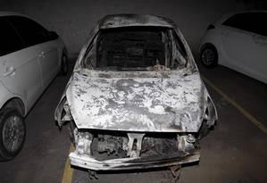 Carro incendiado no pátio da Delegacia de Homicídios da Baixada, que investiga o caso Foto: Pedro Teixeira / Agência O Globo