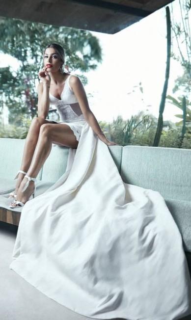 Body (R$ 214) Intimissimi. Saia (R$ 3.695) Lolitta na Ka. Cauda acervo Martu. Pulseira (R$ 28.100) Ara Vartanian. Brinco (R$ 5.000) Dolce & Gabbana. Sapato (R$ 1.375) Alexandre Birman na Ka Daniel Mattar